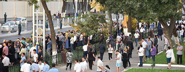 В Ташкенте жители плачут и кидают цветы под траурный кортеж Каримова