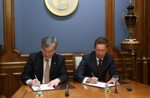 Главный исполнительный директор компании KOGAS ЛиСын Хун иАлексей Миллер подписывают Соглашение осотрудничестве