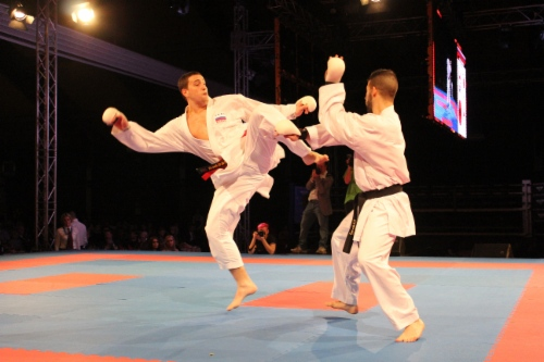 Сергей Мащенко (слева) наносит удар